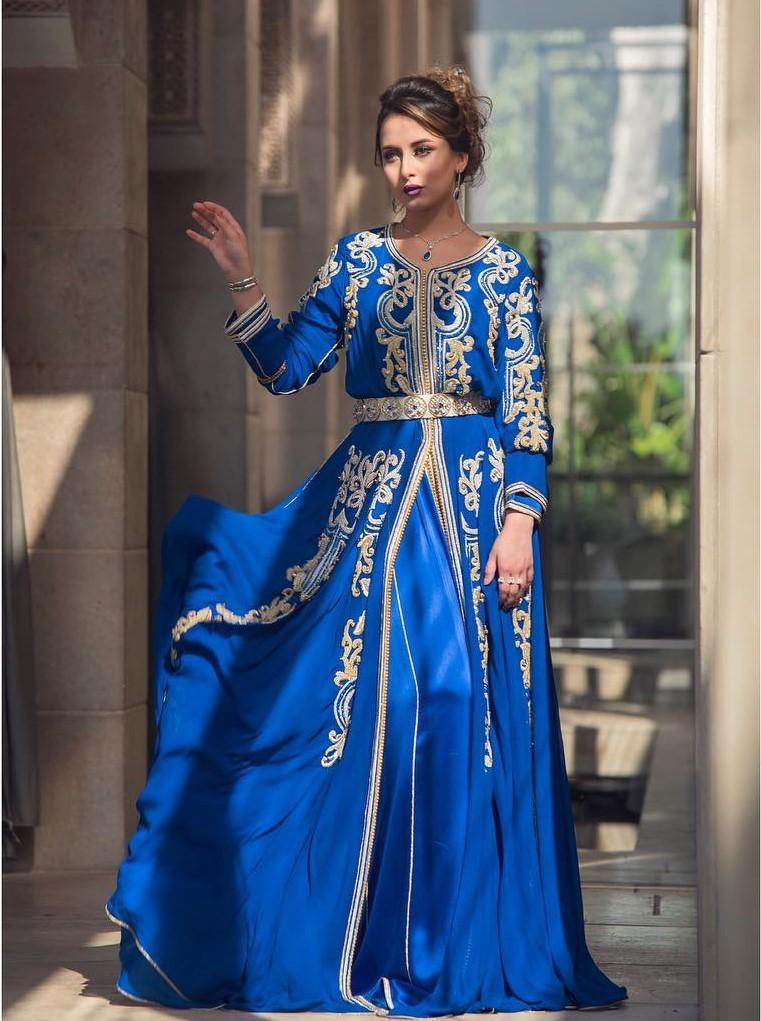Caftan moderne bleu en satin de soie